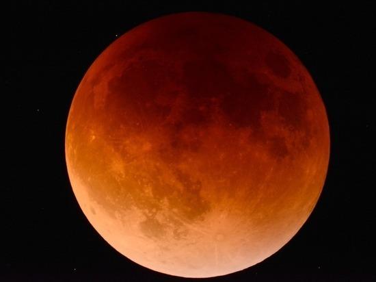 Во время кровавого затмения луны Землю посетили сотни НЛО