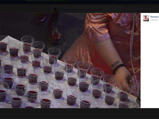 Сомнительный перфоманс: зачем художница заставила гостей пить свою менструальную кровь