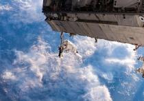 Члены экипажа МКС пытались закрепить поручни для перехода от одного модуля к другому, но так и не смогли этого сделать