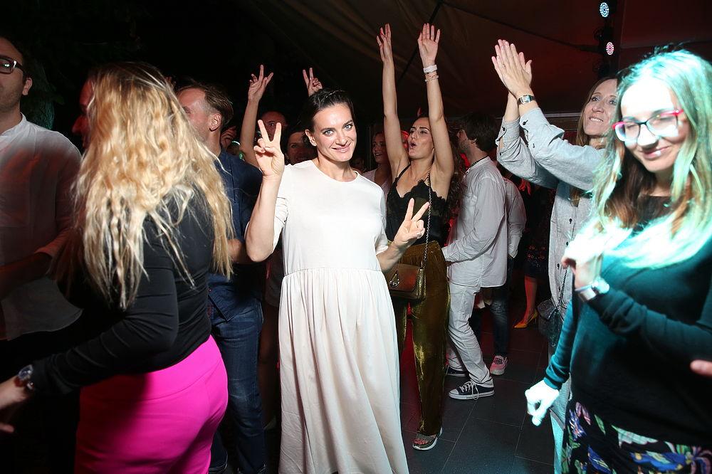 Беременная Исинбаева удивила поклонников зажигательными танцами в Калининграде