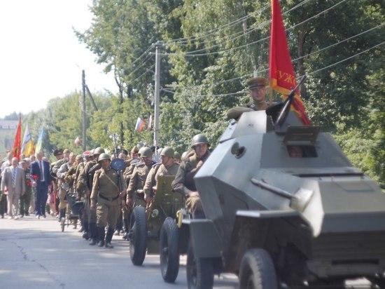 Бойцы Красной Армии с военной техникой прошли по улицам Жиздры