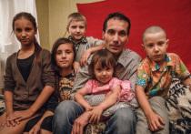 Чиновники вынуждают отца пятерых детей вывезти их из страны