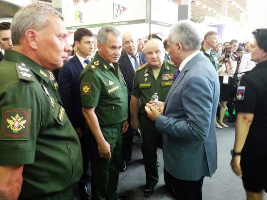 Сергею Шойгу представили кровезаменитель, разработанный учеными в Калужской области