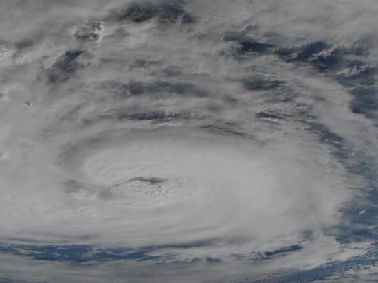 Кадры из космоса и из подвергшихся удару стихии городов