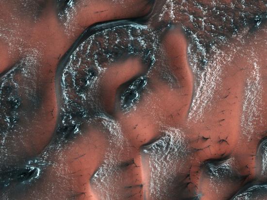 NASA показало красочный снимок заснеженных дюн Марса