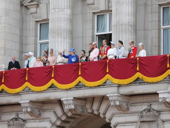 Слухи: Елизавета II приготовилась к уходу и наследником нарекла сына