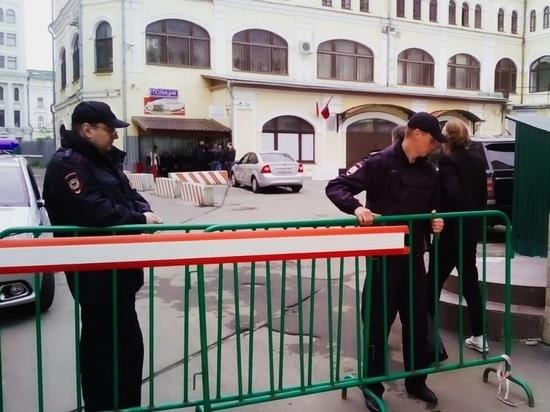 Группа поддержки коммерсанта уже собралась возле здания ОМВД «Китай-город», и их число растет