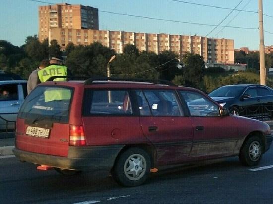 """В Калуге машина сбила девочку, переходившую дорогу на """"зеленый"""""""