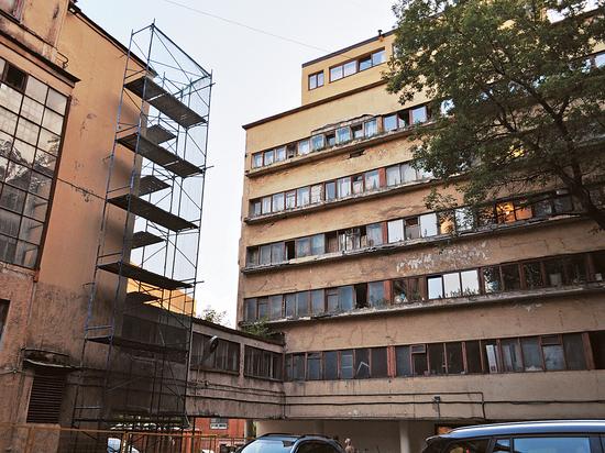 Уникальный дом-призрак на Новинском: шедевр конструктивизма довели до жуткого состояния