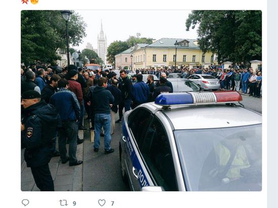 Собравшиеся протестовали против притеснения единоверцев