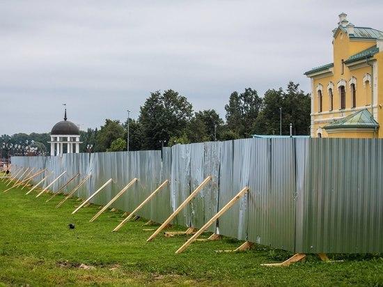 Самое интересное, что работники РПЦ уверены: забор вообще не их