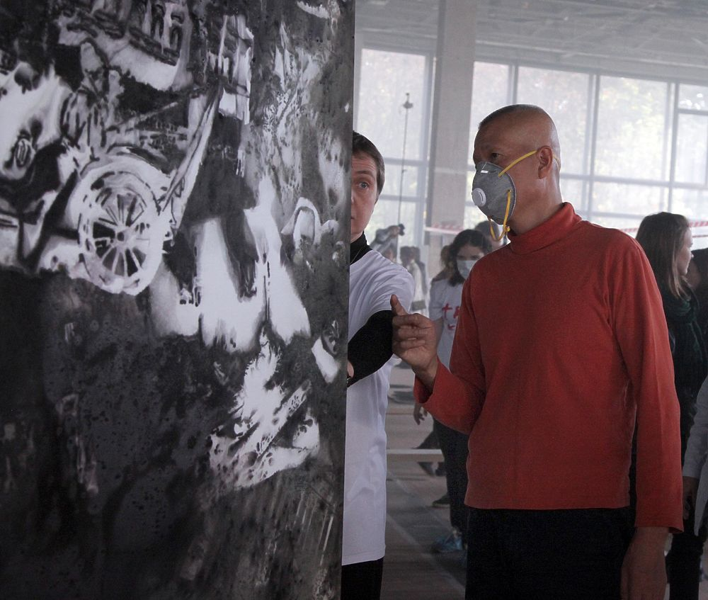 Художник Цай Гоцян показал создание картины для выставки в Москве