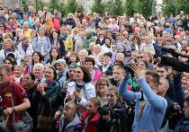 Над Пушкинской площадью раздается бой барабанов — это юные музыканты ансамбля «Фиеста» Московского военно-музыкального училища имени...