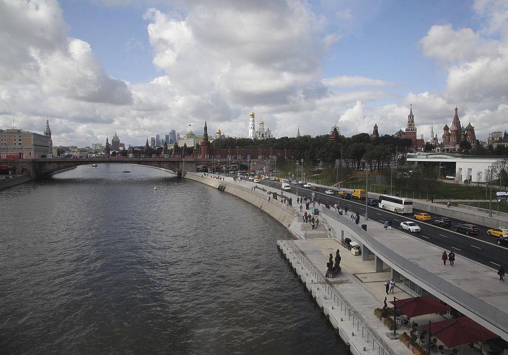 """Собянин провел для довольного Путина экскурсию по инновационному парку """"Зарядье"""""""