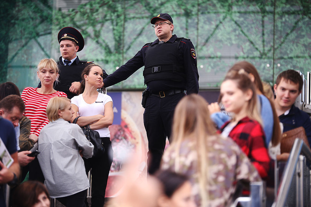 """В Москве эвакуируют ТЦ и вокзалы после звонков """"террористов"""""""