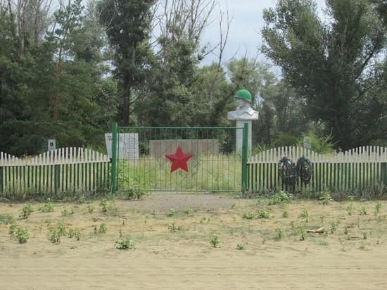 В Илекском районе памятник погибшим воинам зарос травой