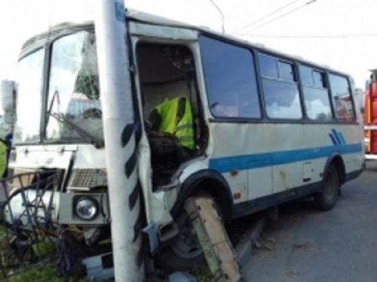 Четыре человека пострадали в результате наезда пассажирского автобуса на столб в Калуге
