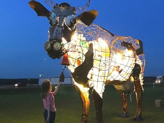Шестиметровая корова из мусора появилась на лужайке одного из калужских музеев