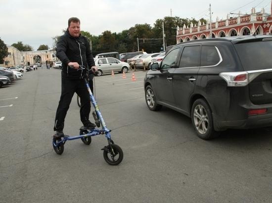 Мэр Калуги сменил автомобиль на модный самокат