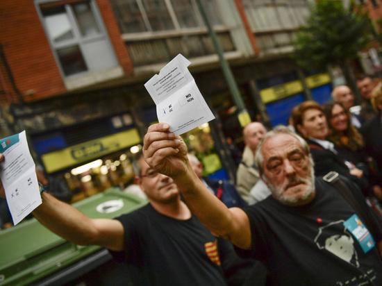 Свирепство силовиков против народа: жители Каталонии пришли на запрещенный референдум