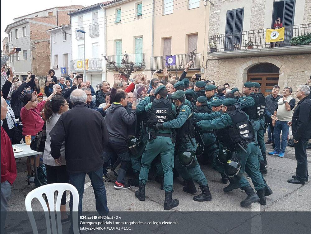 На каталонском референдуме пролилась кровь: массовые столкновения с полицией