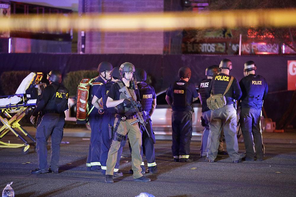 Кадры с места стрельбы в Лас-Вегасе: люди подумали, что фейерверк