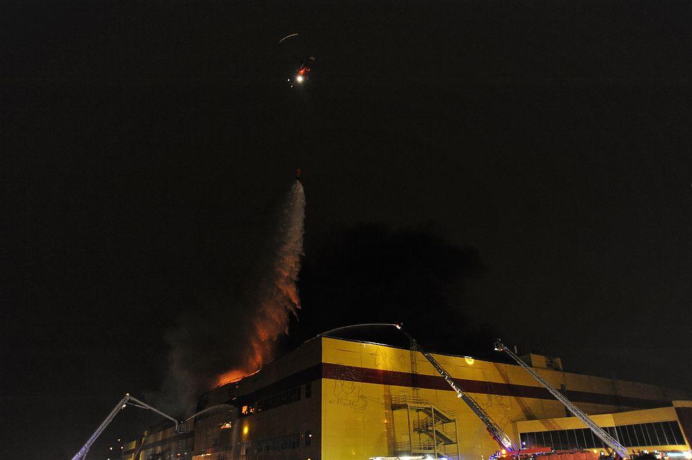 """Вертолеты тушат горящий рынок """"Синдика"""": МЧС наращивает ночную группировку"""
