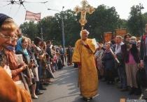 Петербургские власти объяснили, почему православные могут перекрывать Невский, а оппозиционеры нет