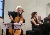 Где бы он ни появился, — будь то Италия или Германия, — и публика, и музыканты вскидывают руки: «Фридер, это же наш Фридер!», — верный знак того, что сейчас начнется священнодействие