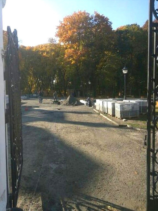 В парке усадьбы Асеевых в Тамбове наконец начали укладывать тротуарную плитку