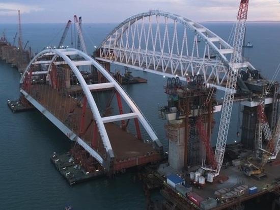 Строители подняли автодорожную арку Крымского моста на проектную высоту
