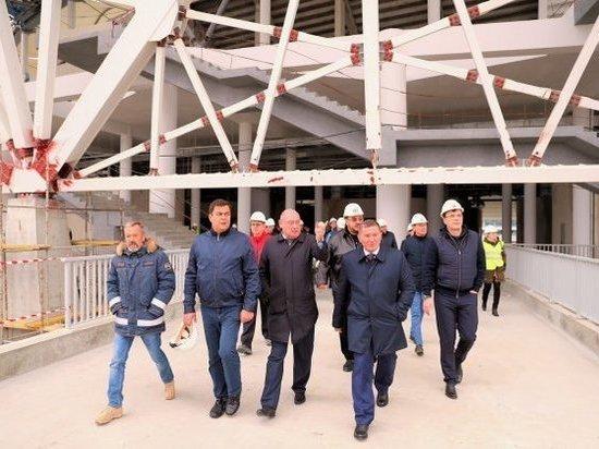 Строительные работы на стадионе вступили в завершающую фазу, рабочие занимаются внутренней отделкой и витражным остеклением