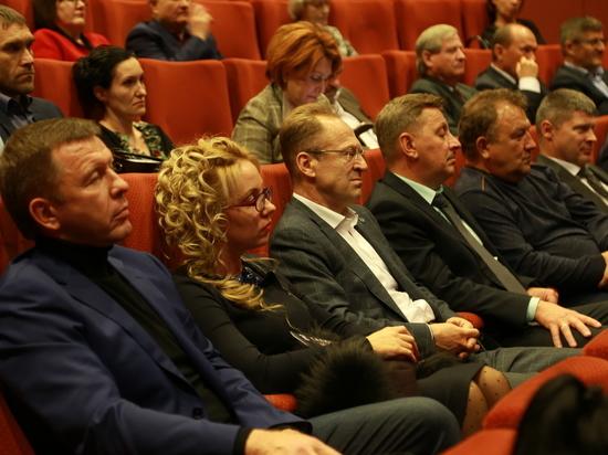 Новосибирские единороссы посетили спецпоказ «Салюта-7»