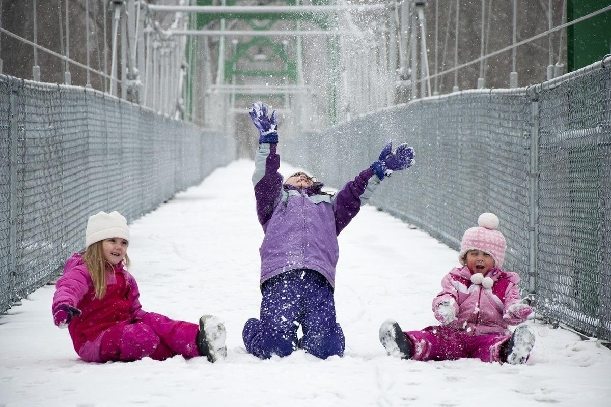 Картинки дети зимой играют в снежки