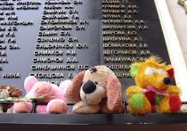 Пятнадцать лет назад «Норд-Ост» стал синонимом самого страшного в истории Москвы теракта. В театральном центре на Дубровке боевики захватили в заложники более тысячи человек— зрителей и актеров мюзикла— и выставили политические требования Президенту России. Ответ на эти требования все хорошо помнят: штурм, ликвидация преступников и гибель более чем 130невинных граждан.