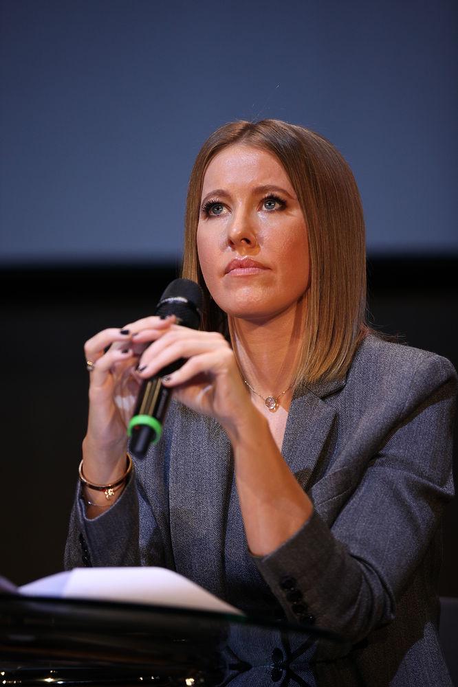 Кадры с пресс-конференции Ксении Собчак: кандидат в сером