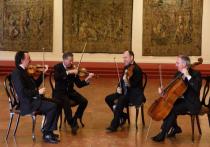 Известный итальянский квартет Quartetto di Venezia вместе с гобоистом Джанфранко Бортолато представили на днях в Малом зале «Филармонии-2», в общем, традиционную камерную программу из произведений Бетховена, Вольфа и Моцарта, однако, в их рук жонгляж между классицистской и романтической традицией обрел формы настоящего поэтического театра, где в каждой паузе нашлось место высокому трагизму, пусть и в изящной салонной упаковке