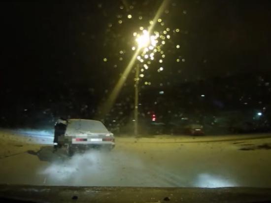 В Кандалакше пьяный водитель «подвез» полицейского до обочины на двери