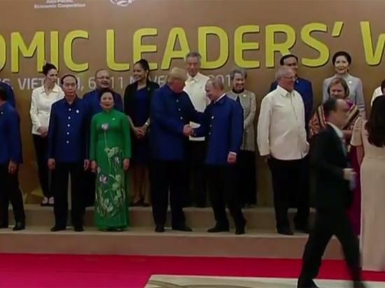 Путин облачился во вьетнамскую рубашку и пожал руку Трампу