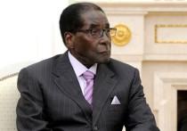 Странный переворот, устроенный военными в Зимбабве, стал выглядеть еще более странным на фоне поведения вроде бы отстраненного от власти президента Роберта Мугабе