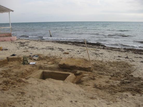 Пляж Евпатории обнажил античную могилу