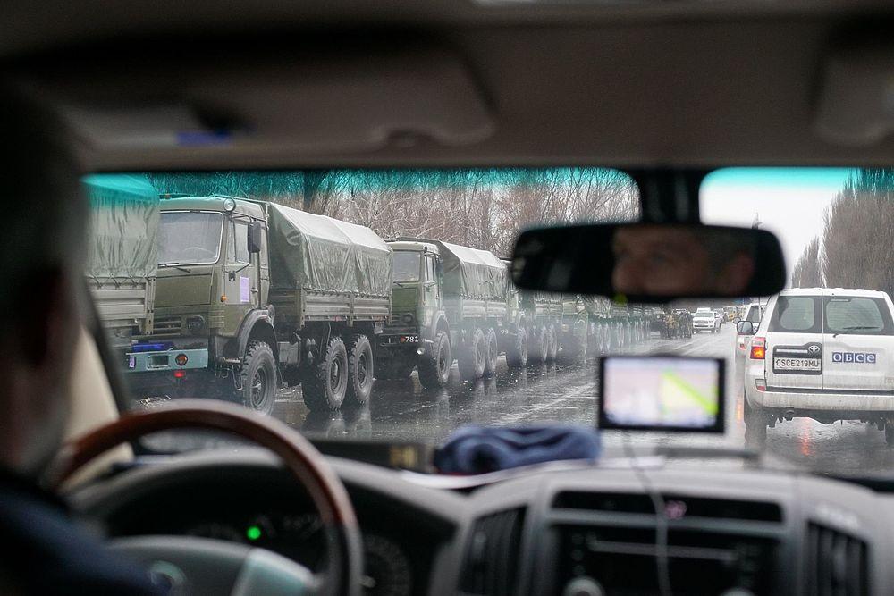 """ОБСЕ показала фото военной техники и """"зеленых человечков"""" в Луганске"""