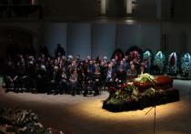 Хворостовский снова объединил всех: сотни людей с букетами роз выстроились за ограждениями вдоль театра Сатиры, чтобы, начиная с 11-ти поклониться великому певцу, — гроб выставлен посреди сцены в Концертном зале им