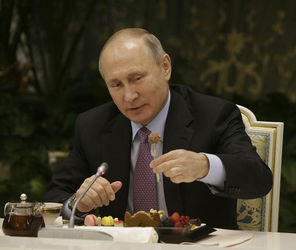 Путин встретился с победителями конкурса «Семья года»: выпили чаю, посмеялись