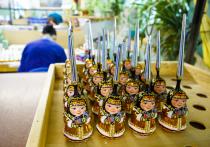 Задумывались ли вы, как рождаются стеклянные елочные игрушки? Чтобы создать настоящее произведение искусства для новогодней ёлки, которое сейчас можно наблюдать на выставке «Хрупкое чудо» в музее-заповеднике Коломенское, иной раз требуется месяц