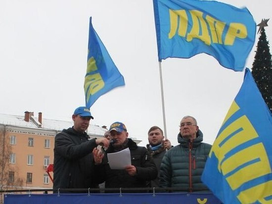 Под желто-голубыми флагами Александр Шерин прочитал стихи