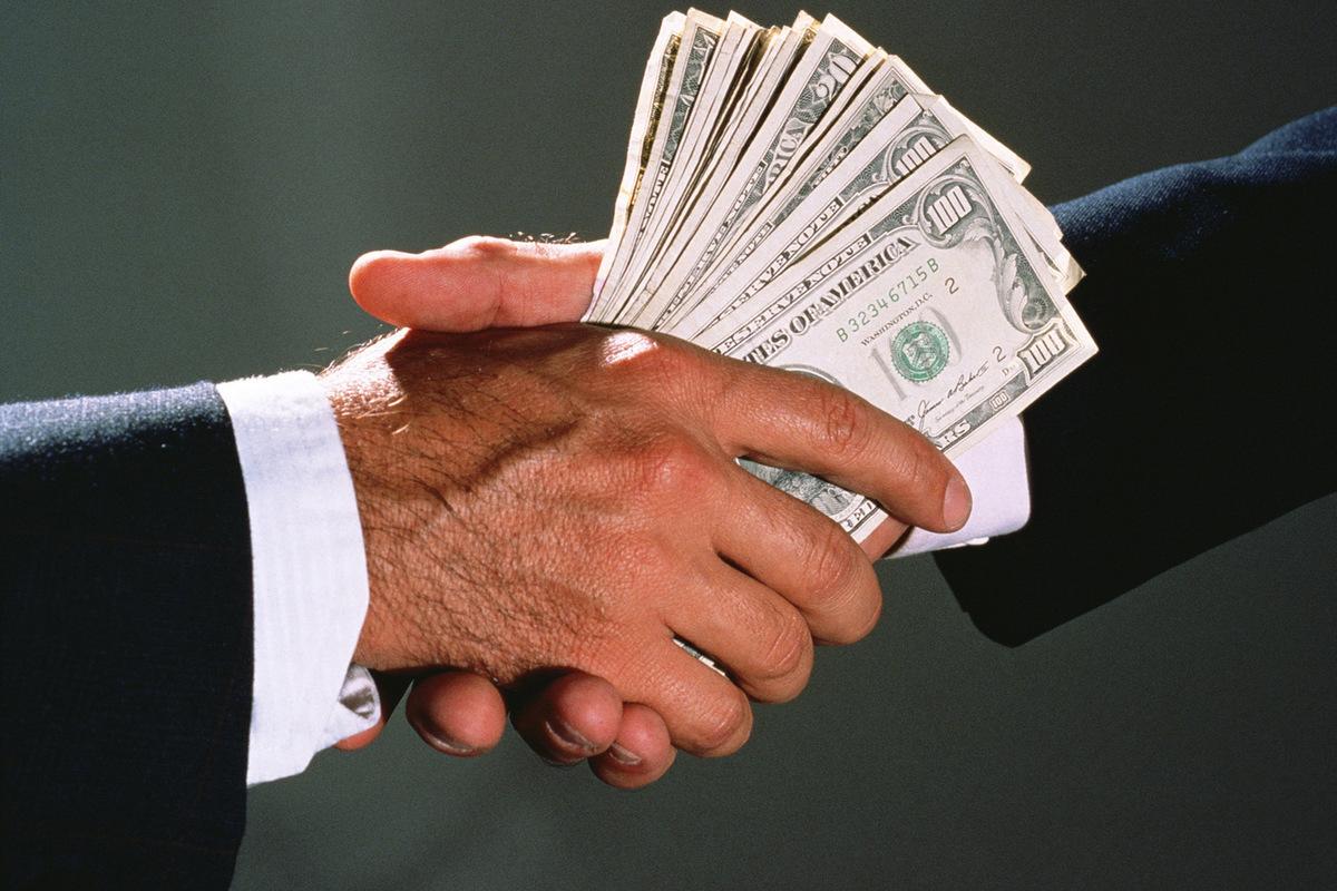 Передает деньги картинка