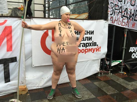 Обнаженная активистка Femen призвала Порошенко и Саакашвили