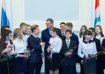 Александр Бурков вручил паспорта омским подросткам