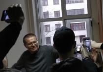 """Экс-глава Минэкономразвития Алексей Улюкаев признан виновным в получении взятки в """"Роснефти"""""""